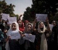 Mujeres marchan para reclamar sus derechos bajo el gobierno talibán, en una protesta cerca del antiguo Ministerio de Asuntos de Mujeres en Kabul.