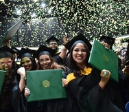 Foto de archivo de estudiantes celeberando durante su graduación en uno de los eventos previos a la pandemia del COVID-19.