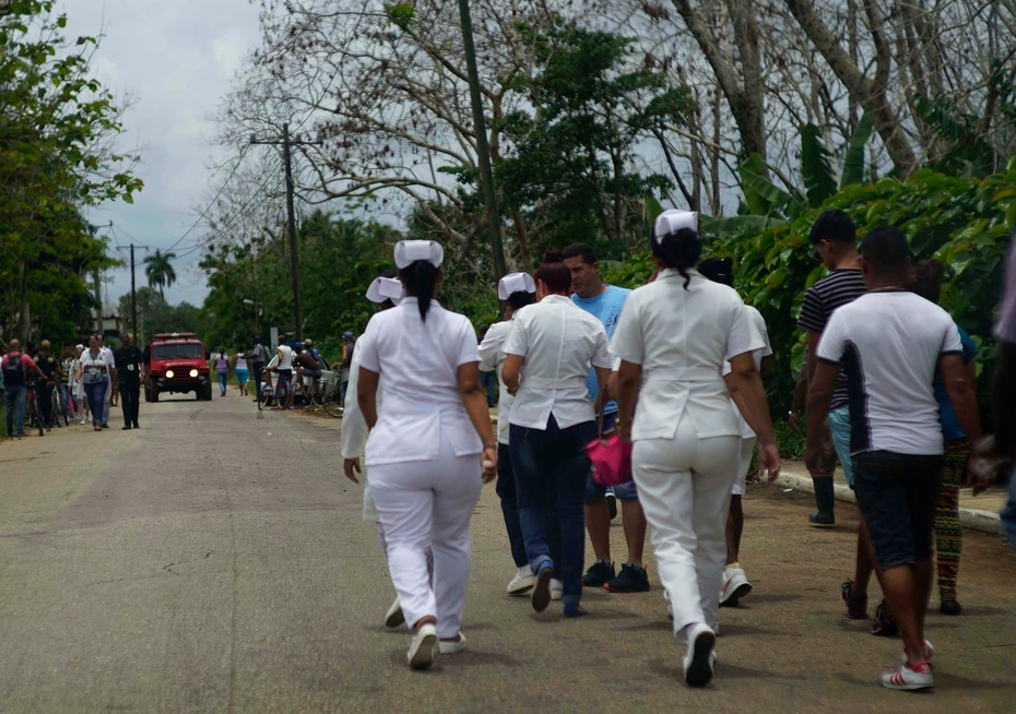 Enfermeras acuden a ayudar al lugar del avión accidentado a un km de la terminal 1 del aeropuerto José Martí. (AP)