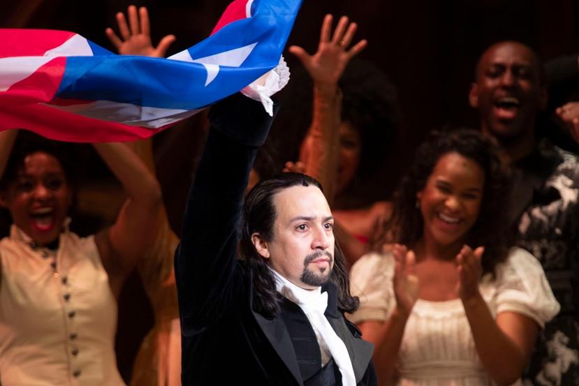 Lin-Manuel Miranda levanta la bandera de Puerto Rico ante la ovación de los presentes  tras finalizar el musical.