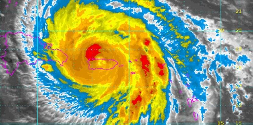 Imagen de satélite del huracán María captada a las 12:15 p.m., durante el embate del ciclón. (Captura / NOAA)