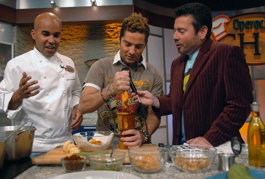 El cantante español David Bisbal durante un segmento del chef Enrique Piñeiro, en 2007. (GFR Media)