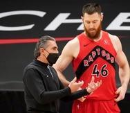 El asistente del dirigente de los Raptors,  Sergio Scariolo, charla con el centro Aron Baynes (46) durante el partido contra los Rockets de Houston del viernes.