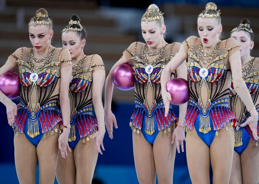 Las integrantes del equipo de gimnasia rítmica del Comité Olímpico de Rusia -Anastasia Bliznyuk, Anastasiia Maksimova, Angelina Shkatova, Anastasiia Tatareva y Alisa Tishchenko- actúan durante la final de gimnasia rítmica por equipos.