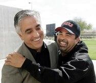 En esta foto de archivo, el reportero especializado en béisbol Pedro Gómez, bromea con el entonces dirigente de los White Sox de Chicago en 2008, Ozzie Guillén.