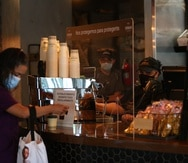 2020 05 26. Restaurants comienzan a recibir clientes en sus locales con medidas de seguridad, tras permiso del gobierno en medio de la pandemia del COVID-19. En la foto, clientes en el restaurante Sobao en Condado. (alex.figueroa@gfrmedia.com)