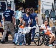 Paramédicos desalojan a personas de un refugio masivo en la ciudad de Independence, Luisiana. Residentes de múltiples hogares de ancianos murieron después del huracán Ida, pero los detalles de sus fallecimientos se desconocen porque los inspectores de salud estatales dijeron que no les permitieron entrar para examinar las condiciones en la instalación donde fueron refugiados.