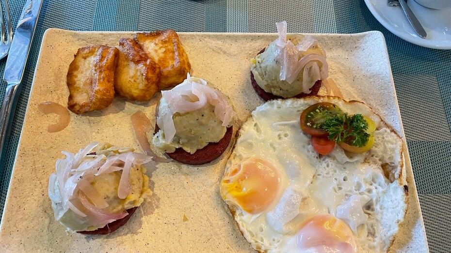 Desayuno típico dominicano con huevos fritos, mangú encebollado, salami y queso frito, del Winston's Grill & Patio.