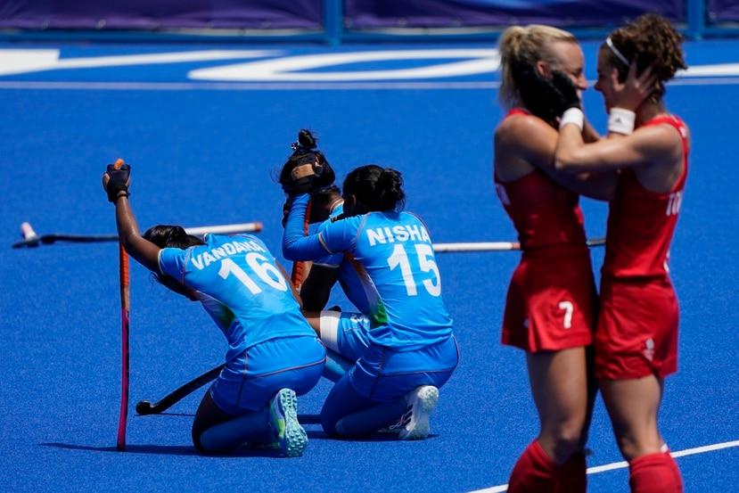 Vandana Katariya (16) y Nisha (15), del equipo de India, se arrodillan después de perder el partido por la medalla de bronce en hockey femenino de campo contra Gran Bretaña.