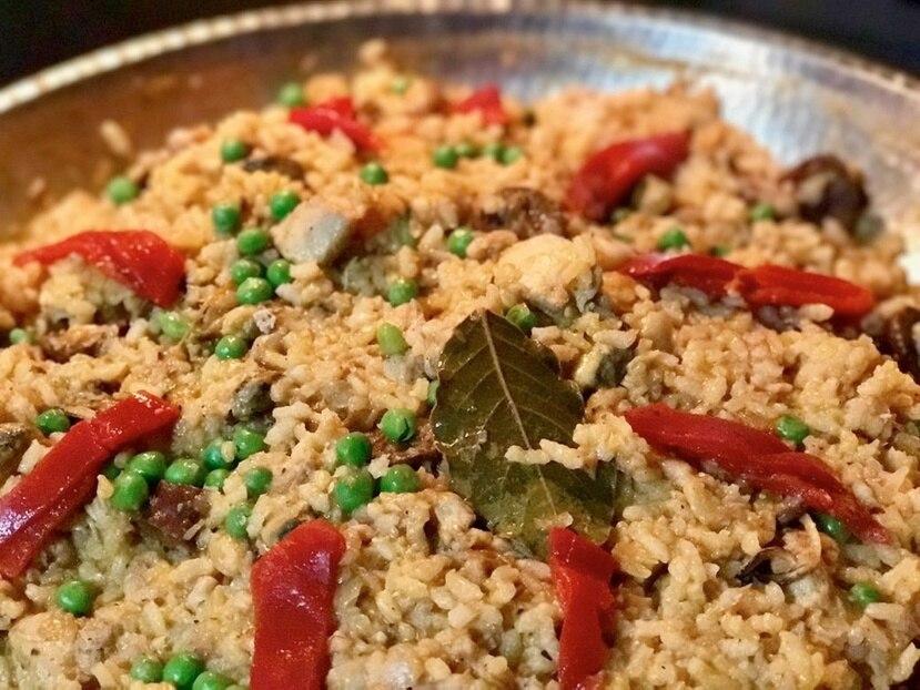La paella de pollo puede ser una receta que pueden preparar los adolescentes, siempre bajo lo supervisión de un adulto.