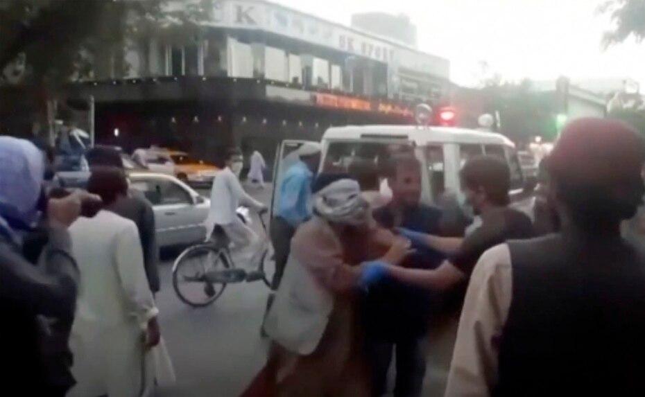La imagen muestra personal médico y de emergencia llegando a una de las escenas de los ataques.