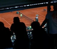 El público observa a Rafael Nadal (izquierda) contra Dominic Thiem en la final masculina del Abierto d Francia, el domingo 9 de junio de 2019. (AP)