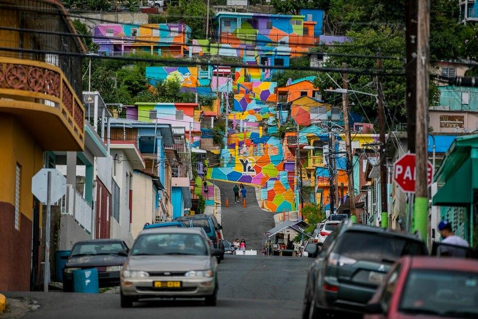 """2. """"Yaucromatic"""": La estampa de las coloridas casitas en el Cerro de Yauco, es una de las más visitadas en el pueblo. Pero este proyecto, hoy día abarca más de 60 expresiones artísticas en todo el pueblo."""