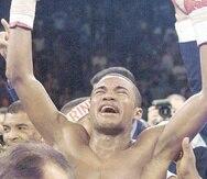 """Félix """"Tito"""" Trinidad alza los puños en euforia tras conocer la decisión que lo favoreció sobre Oscar de la Hoya en la llamada """"Pelea del Milenio"""" en septiembre de 1999. Este fue uno de los momentos más icónicos en la carrera de Trinidad. (GFR Media / Gar"""