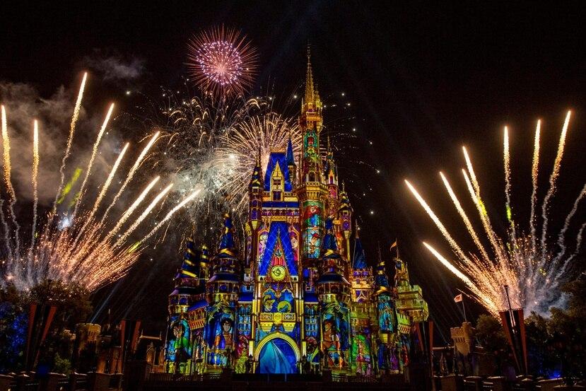 """El Castillo de Cinderella brilló con el espectáculo de pirotecnia """"Happily Ever After"""", luego de estar en pausa desde marzo de 2020."""