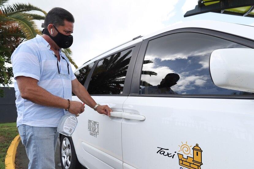 Juan de León, presidente de la Federación de Taxistas, demuestra qué hacen los choferes para prevenir el contagio de COVID-19 en sus vehículos.