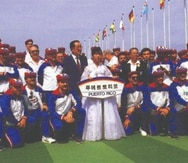 Integrantes del Equipo Nacional de béisbol junto a otros miembros de la delegación, posando en los Juegos Olímpicos de Seúl, ataviados con los colores de la bandera Monoestrellada.