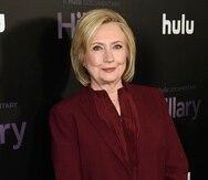 """Hillary Clinton se asoció con su amiga Louise Penny para escribir la novela """"State of Terror"""", que se publicará el 12 de octubre de 2021."""