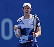 El británico Andy Murray festeja luego de ganar el primer set durante su partido en dobles en los cuartos de final del tenis en los Juegos Olímpicos de Tokio.