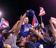 """El relevista Saúl """"Monaguillo""""  Rivera es levantado en hombros luego de colgar el último out del sexto partido de la Serie del Caribe del 2000 en Dominicana. (GFR Media)"""