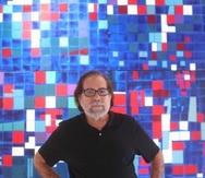 """Luis Hernández Cruz ante su obra """"Mi catedral de la abstracción"""", acrílico sobre tela."""