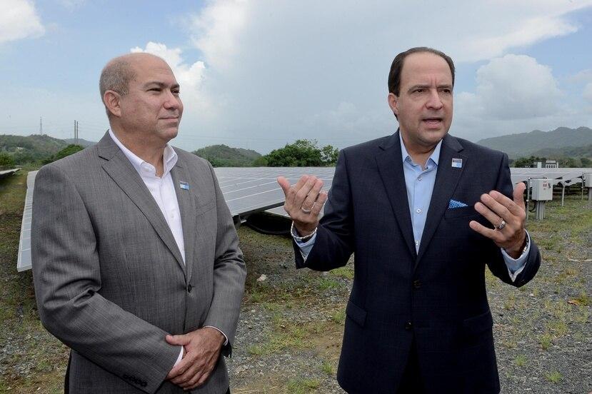 Medtronic instaló 18 mil paneles fotovoltaicos con los que reducirá su dependencia energética en toda su operación. En la foto, David Olivera, director de Servicio Técnico y Félix Negrón, VP de Medtronic.