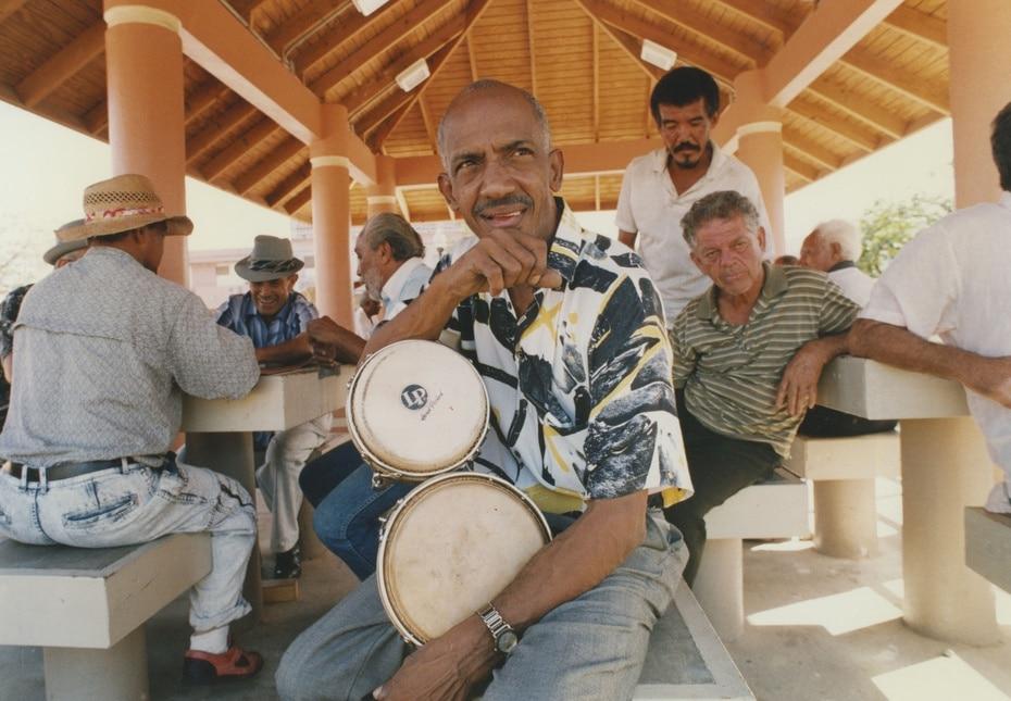 Roberto Roena era bongocero y bailarín. En esta foto de 1994, aparece con su bongó.