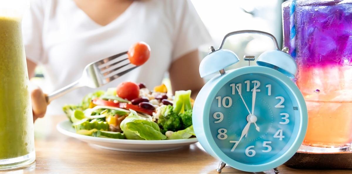 El ayuno intermitente permite flexibilidad para comer, dentro de unas horas específicas.