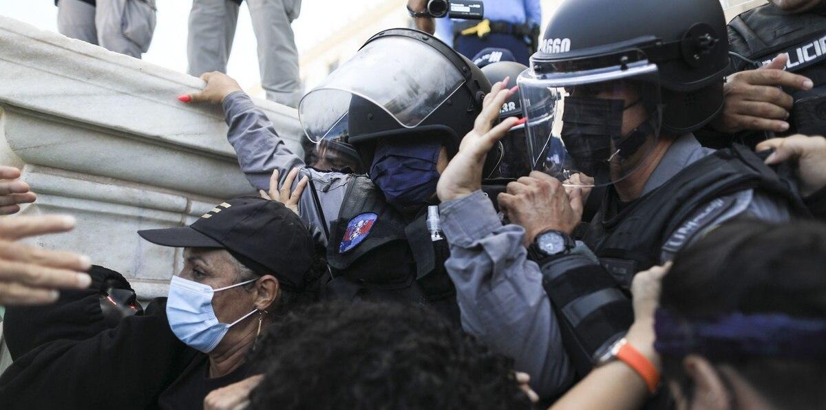 Momentos de tensión en manifestación en el Capitolio contra el Plan de Ajuste de la Deuda