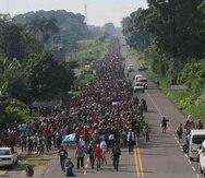 En la foto, migrantes hondureños caminan hacia la cuidad de Tapachula, trayecto obligatorio rumbo a su objetivo, Estados Unidos. (EFE)