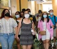 En esta imagen del 1 de julio de 2021, visitantes portan mascarillas al caminar por una zona comercial en el sector de Hollywood, en Los Ángeles.