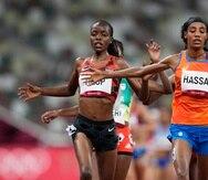 Agnes Tirop (izquierda) cruza la meta de los 5,000 metros en una carrera preliminar en Tokio el pasado verano.