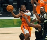 Chris Paul realiza un pase forzado contra los Bucks en el sexto juego de las Finales de la NBA.