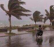 Fotografía del intenso oleaje que causó la tormenta Elsa en República Dominicana, donde fallecieron dos personas. Una tercera muerte asociada al sistema atmosférico se registró en la isla de Santa Lucía. EFE/ Orlando Barría