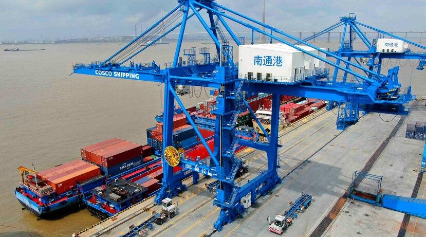 En esta foto de archivo del 18 de julio de 2019, se observan contenedores siendo cargados en un buque en el puerto de Nantong, en el este de China. (Chinatopix vía AP)