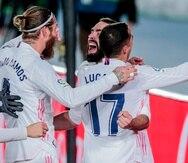 Dany Carvajal (centro) es felicitado por sus compañeros del Real Madrid luego de anotar ante el Atlético de Madrid.