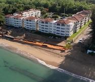 Vista aérea de la zona de construcción de las áreas recreativas en el condominio Sol y Playa en Rincón.