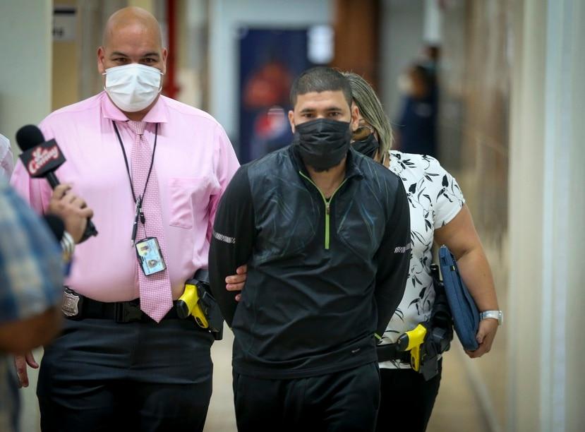 El boxeador Juanma López es escoltado hasta una celda en la Comandancia de Caguas.