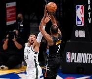 Giannis Antetokounmpo (34), de los Bucks, intenta defender un tiro de Kevin Durant durante el partido del lunes.