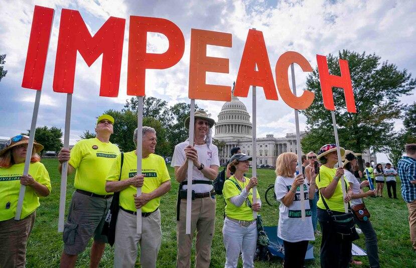Activistas se manifiestan a favor de un juicio político al presidente Donald Trump frente al Capitolio en Washington D.C. (AP/J. Scott Applewhite)
