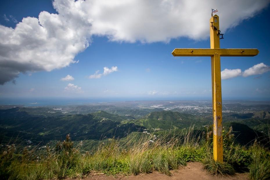 Se cree que la cruz en la cima fue colocada por fieles católicos para hacer el viacrucis.