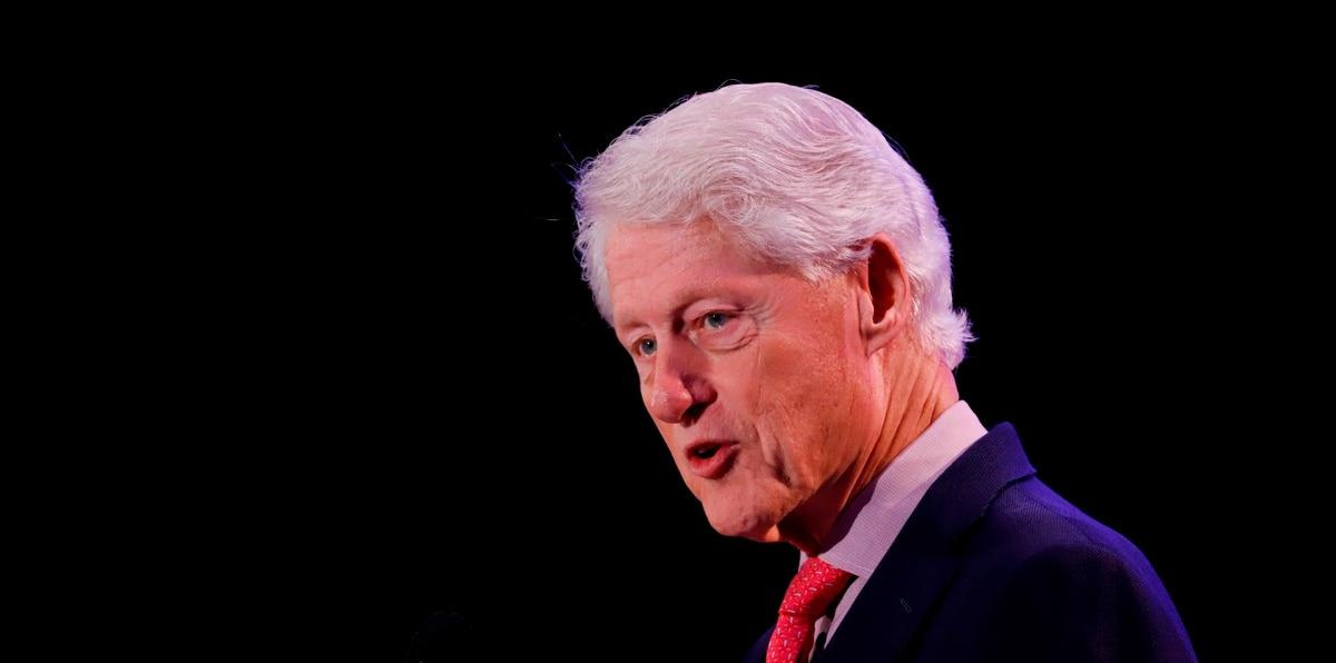 """De acuerdo con el equipo del Centro Médico de la Universidad de California en Irvine, Bill Clinton está en la unidad de cuidados intensivos por motivos de """"seguridad y privacidad""""."""