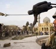 Esta imagen, tal vez la más emblemática de la caída del régimen del mandatario iraquí Saddam Hussein, ocurrió el 9 de abril de 2003, en Bagdad, cuando miembros del ejército estadounidense ayudaron a derrumbarla. Las operaciones de combate de Estados Unidos en Irak terminaron en 2011, aunque quedan cientos de militares a cargo de la seguridad de su personal.