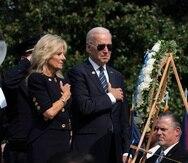 El presidente estadounidense Joe Biden y la primera dama Jill Biden se colocan la mano derecha en el pecho tras depositar una ofrenda floral en una ceremonia de homenaje a policías caídos en el ejercicio del deber.