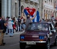 """Simpatizantes del gobierno cubano portan banderas cubanas como parte de una caravana """"por el amor, la paz y la solidaridad"""", organizada por la Unión de Jóvenes Comunistas en La Habana, Cuba, el jueves 5 de agosto de 2021."""