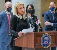 Paris Hilton, quien ha hablado sobre los abusos que dijo que experimentó en el internado Provo Canyon School, apoyó una ley firmada por el gobernador de Utah Spencer Cox. Activistas y simpatizantes se reunieron en el Capitolio estatal en Salt Lake City, el martes 6 de abril de 2021, para una firma ceremonial de la ley SB127 que dará más vigilancia a los centros de tratamiento para adolescentes problemáticos. (Leah Hogsten/The Salt Lake Tribune via AP)