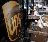 Un conductor de la empresa de mensajería UPS prepara la entrega de unos paquetes.
