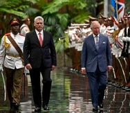 El presidente cubano Miguel Díaz-Canel Bermúdez (izq.) camina junto al príncipe Carlos. (AP / Ramón Espinosa)