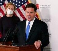 El gobernador de Ariona, Doug Ducey, en Phoenix. Detrás, la directora del departamento estatal de Servicios de Salud, doctora Cara Christ.