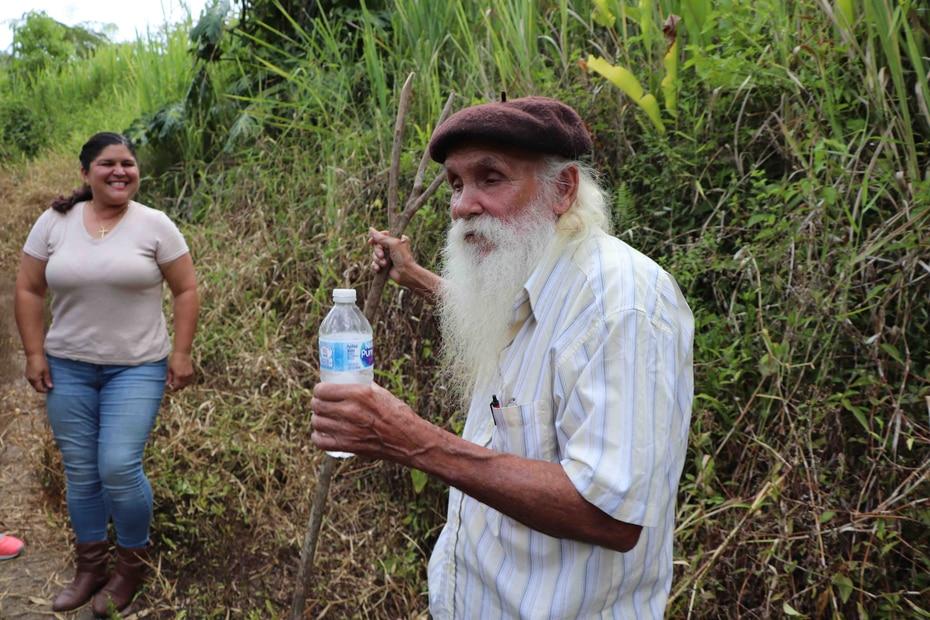 Don Guillermo Rivera vive sin un techo seguro desde el paso del huracán María el pasado 20 de septiembre. Al fondo, Flor González, voluntaria. (joe.rubens@gfrmedia.com)